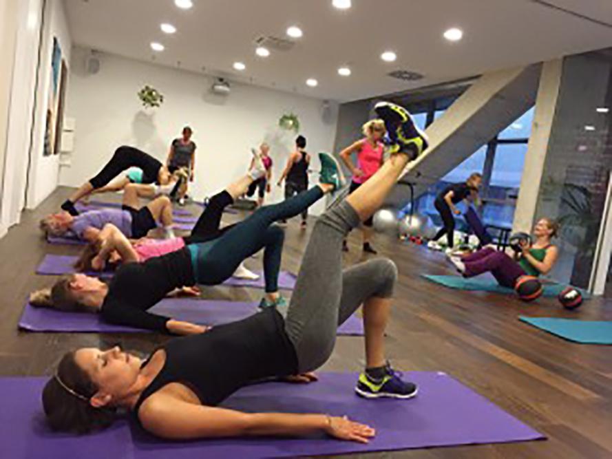 verschiedene Personen beim Functional Training im GESU Fitnessloft