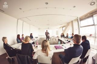 Eine Gruppe von TeilnehmerInnen sitzt im Seminarraum vom GESU Institut mit Vortragenden Harald Pachner
