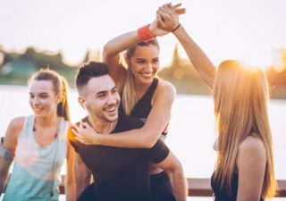 Lächelnde junge Personen nach dem Sport