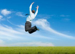Geschäftsmann im Anzug springt in die Luft