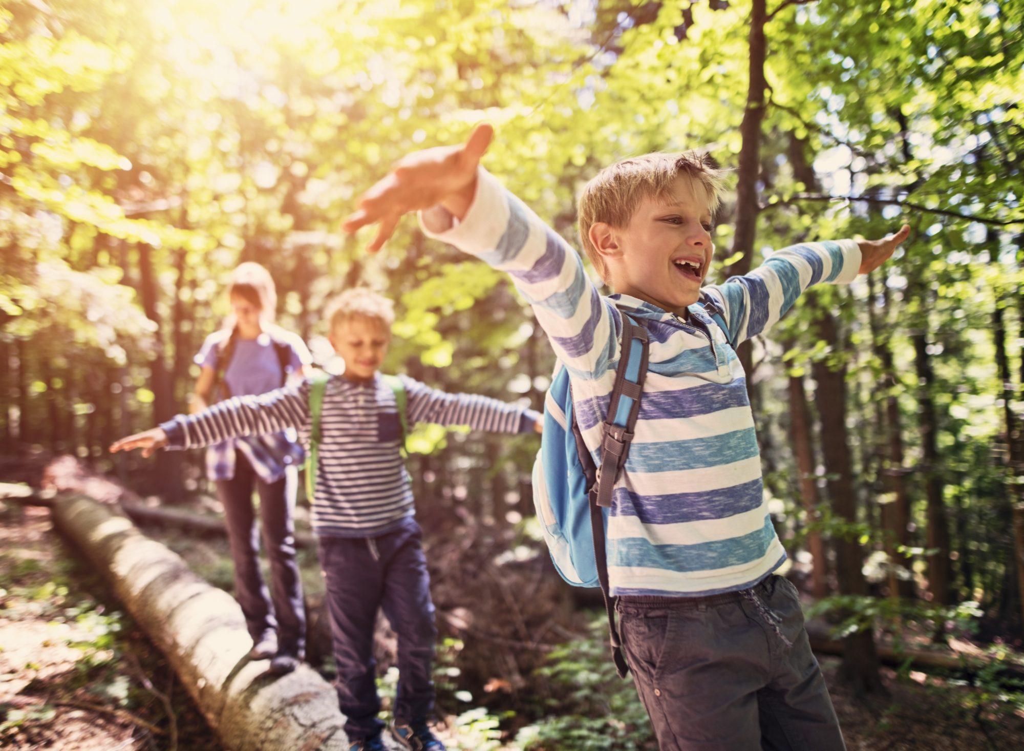 lächelnde Kinder im Wald