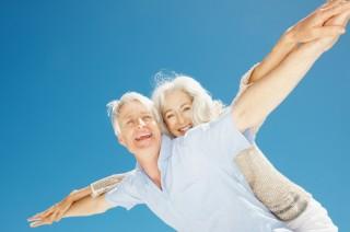 zwei lächelnde vitale Senioren